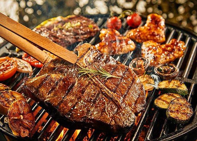 11. Eti pişirdikten sonra kurumasını istemiyorsanız hemen kesmeyin, birkaç dakika beklemek etin suyunun içinde hapsolmasını sağlar.