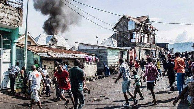 Olayın ardından bazı mahalle sakinleri, yanan enkazı söndürmek için kova ve tencerelerle su döktü.