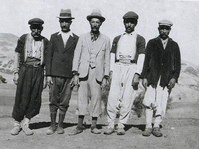 1925 - Şapka giyilmesi konusundaki kanun, TBMM'de kabul edildi. Kanun, 28 Kasım'da yürürlüğe girdi. Kanun kabul edilirken, Rize'de şapka ve diğer inkılaplara karşı gösteriler yapıldı. Göstericilerden 8'i idama mahkûm edildi.