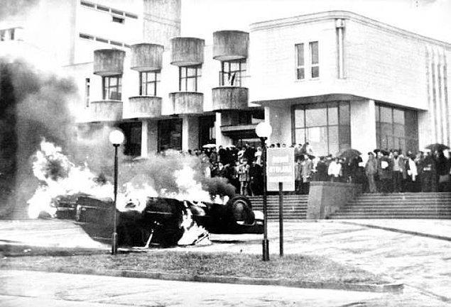 1968 - Eski CIA istasyon şefi, ABD'nin yeni Türkiye Büyük Elçisi Robert Komer'in Türkiye'ye gelişi İstanbul Yeşilköy'de protesto edildi. Protestoculardan Deniz Gezmiş, Rahmi Aydın, Mustafa Zülkadiroğlu, Toygun Erarslan ve Mustafa Gürkan tutuklandı.
