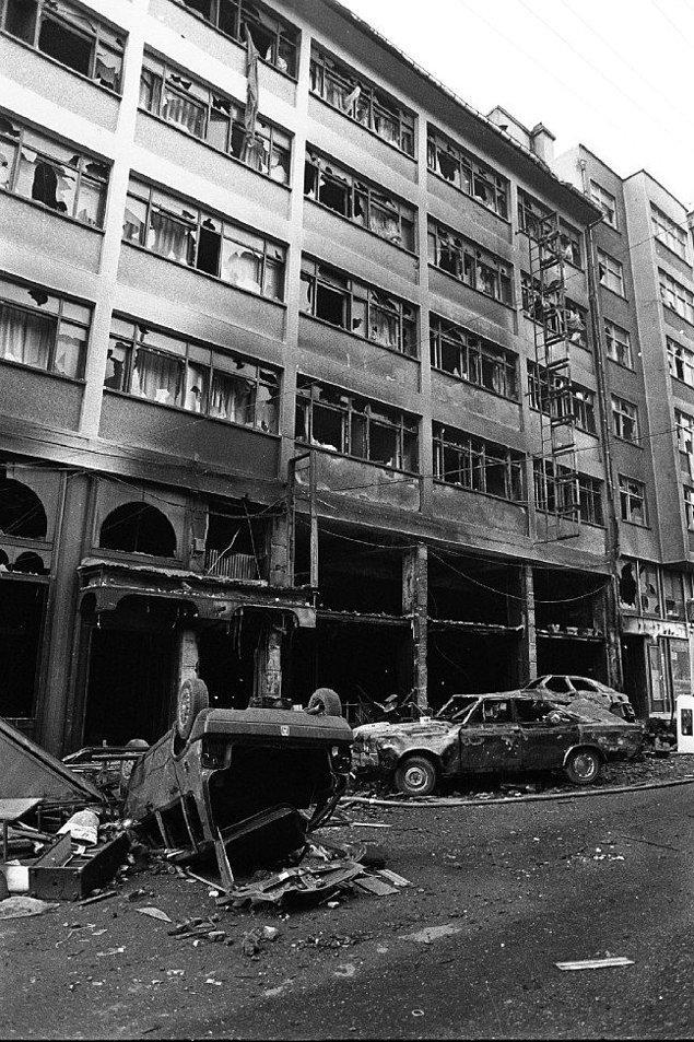 1997 - Sivas'taki Madımak Oteli'nde, 2 Temmuz 1993'te 37 aydının yakılması olayıyla ilgili olarak yargılanan 99 sanıktan 33'ü ölüm cezasına çarptırıldı.