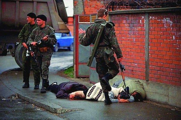 1996 - Uluslararası Savaş Suçluları Mahkemesi'nde, 1200 Bosnalı'ın öldürülmesine karışan bir Hırvat asker 10 yıl hapis cezasına mahkûm oldu.