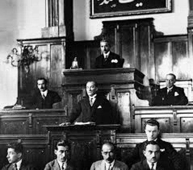 1925 - TBMM kürsüsünün arkasındaki duvara Hakimiyet Milletindir yazısı asıldı.