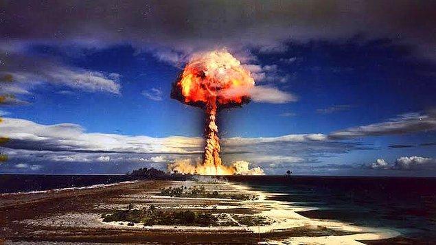 1954 - ABD ilk hidrojen bombasını Eniwetok Adası'nda patlattı.