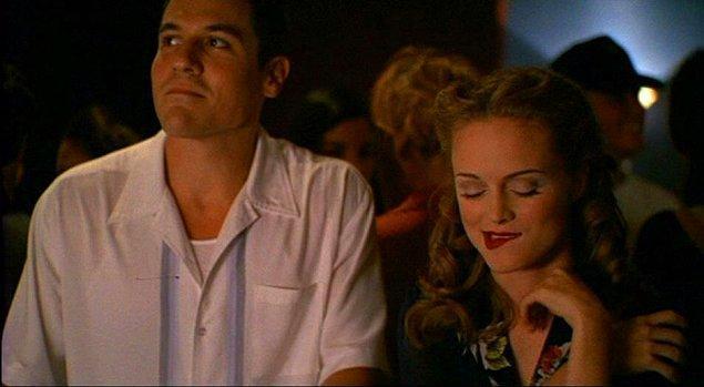 """8. """"İlginlendiğiniz birinin elini dizinize koyması inanılmaz. Hiçbir şey istendiğini bilmekten daha seksi olamaz."""""""