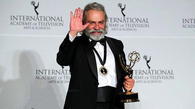 Gurur duymaya geldik! Değerli oyuncu Haluk Bilginer, Şahsiyet dizisindeki Agah Beyoğlu rolüyle 47. Uluslararası Emmy Ödülleri'nde En İyi Erkek Oyuncu ödülünü kazandı.