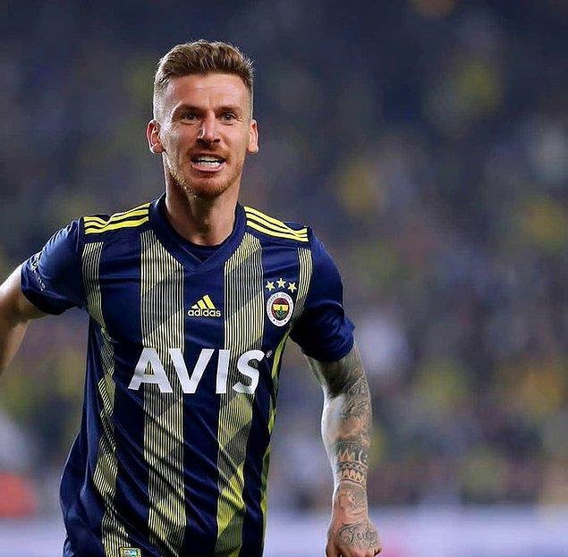 44. dakikada Fenerbahçe'nin sol kanattan kullandığı kornerde Emre'nin ortasına harika yükselen Serdar Aziz'in kafa vuruşu, Sarı-Lacivertliler'e eşitliği getirdi: 1-1.
