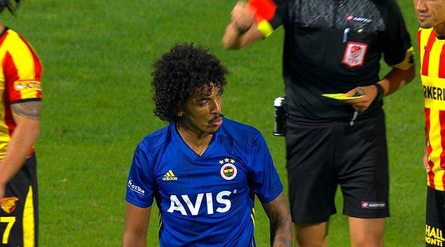 90+1. dakikada tehlikeli gelişen Göztepe atağında Halil Akbunar'ı faul ile durduran Luiz Gustavo, ikinci sarıdan kırmızı kart ile oyun dışında kaldı.