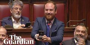 İtalyan Meclisi'nde Söz Alan Vekil Sevgilisine Evlilik Teklifi Etti; Başkan 'Yersiz' Buldu