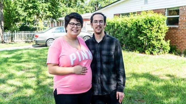 Ondan iki ay sonra 23 yaşındaki Travis ile tanışmış...