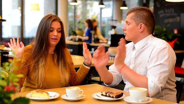7. Restoranlarda görürsünüz, sessiz olmaya çalışarak tartışmaya çalışan çiftler vardır. Onların hayatının en acı yanı tartışmanın asıl konusundan her zaman habersiz olmalarıdır.