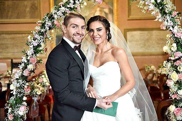 12. Caner Erkin ve Şükran Ovalı da 2017'de evlenenlerden. Roma'da dünya evine giren çiftin bir de çocukları var. İlk eşi Asena Atalay'dan çok çeken ünlü futbolcu, Şükran Ovalı'da mutluluğu yakaladı. Allah daim etsin...