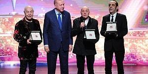 Mazhar Alanson'un Cumhurbaşkanı Erdoğan'dan Aldığı Ödülü Ömrünün Sonuna Kadar Saklayacağını Söylemesi Sosyal Medyanın Gündeminde