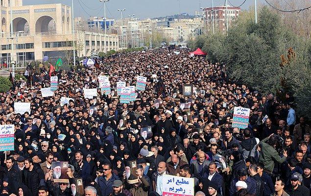 İran'da binlerce kişi Süleymani için meydanlardaydı 📸
