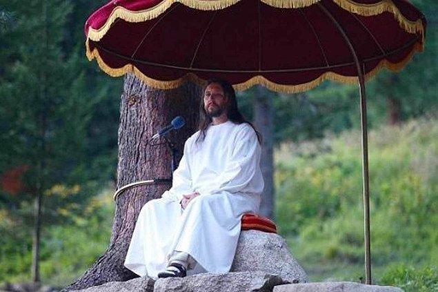 """Ölüleri diriltmesi, körün gözünü açması: Kuran'da şu şekilde geçiyor; """"Anadan doğma körleri, cüzamlıları iyileştireceğim. Allah'ın izni ile ölüleri dirilteceğim..."""""""