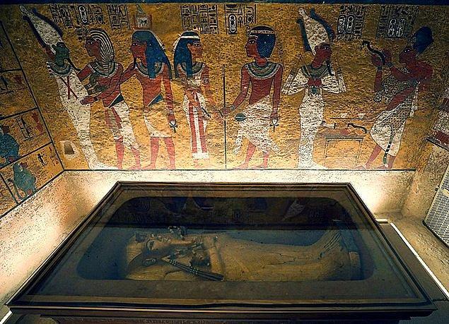 2. Aslında kralın ismi doğuştan Tutankhamun değildi. Doğduğunda Tutankhaten ismi verilmişti. Tutankhaten 'Atenlerin yaşayan hali' anlamına geliyordu. Aten Mısır'ın güneş tanrısıydı.