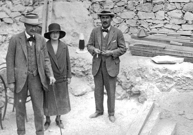4. Tutankhamun'un mezarını açan ilk kişi olarak bilinen Lord Carnarvon mezarı açtıktan sonra ölmüştü. Birçok insan bunun mezarın lanetinden dolayı olduğuna inansa da aslında sinek ısırığından dolayı enfeksiyon kaptığı için ölmüştü.
