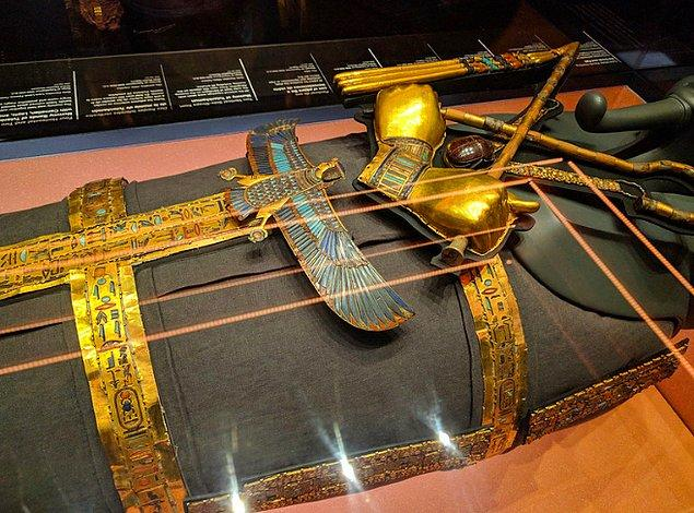 10. Her ne kadar kısa bir ömrü olmuş olsa da Tutankhamun bir hayli zengindi. Mumyalanmış suratında yaklaşık 10 kiloluk bir altın maske vardı.