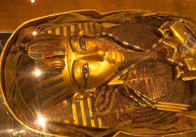 14. Altın soylular arasında çok yaygındı, altının güneşten üretilen sihirli güçteki maddelerden oluştuğuna inanıyorlardı.