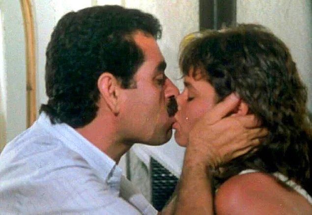 BONUS: Şimdi burada ne bir erotizm ne de cinsellik var. Ama bu vahşi öpücük akıllara kazınmış bir sahnedir. Net!