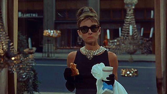 12. Masada oturarak ve ayakta kahve içmenin ücretleri İtalya'da farklıdır.