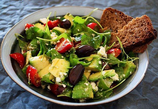 7. Sezar salatanın adının, Jül Sezar'dan geldiği düşünülse de aslında İtalyan şef Cesare Cardini'den gelmektedir.