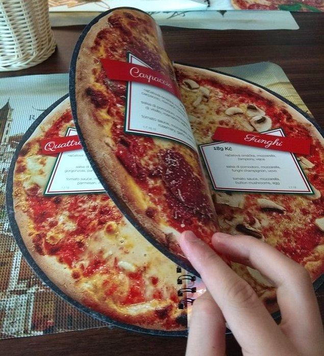 8. İtalya'da bulunan bir pizzacı, menüsünün sayfalarına her pizzanın fotoğraflarını bastırmış.