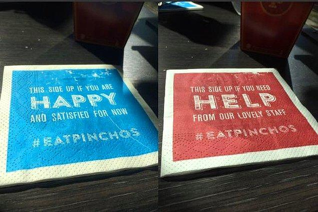 13. Bir restoran peçetelerin 2 tarafına farklı baskılar yaptırarak, eğer her şeyden memnunsanız mavi tarafı ya da bir yardıma ihtiyacınız varsa kırmızı tarafı çevirmeniz gerektiğini söylüyorlar.