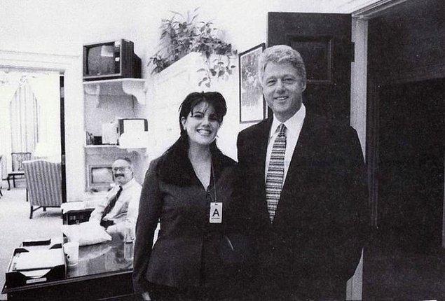 """O meşhur Oval Ofis'e geçtiklerinde ise Başkan, Monica'ya """"Seni öpebilir miyim?"""" diye sordu ve """"Evet"""" cevabını aldı. Monica, telefon numarasının yazdığı bir kağıdı Başkan'a uzattı ve iki saat sonra baş danışmanın odasında buluşmak üzere sözleştiler."""