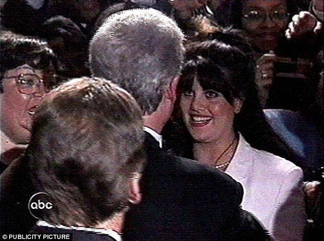 """Bir sonraki buluşmalarında artık Monica """"Biz şimdi neyiz?"""" tadında Başkan'a sorular soruyor ve Başkan'dan """"Benim için çok kıymetlisin"""" tadında cevaplar alıyor."""