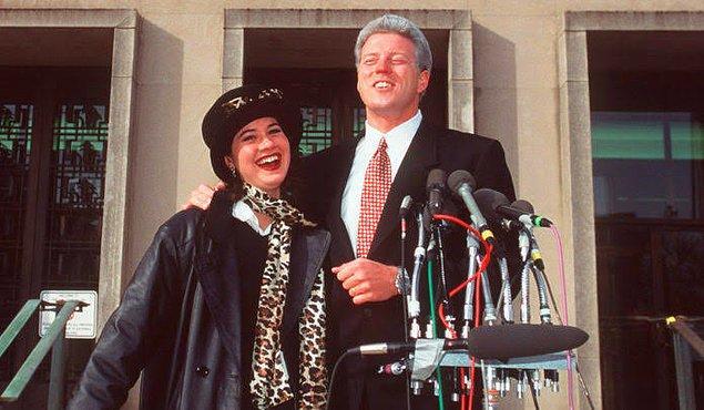 """Bill Clinton sürekli olarak Monica Lewinsky'i """"özel dosyaları"""" getirmesi için makamına çağırıyor ve önceki örnekler gibi şeyler yaşanıyor. Tabii puro da unutulmuyor bu arada..."""