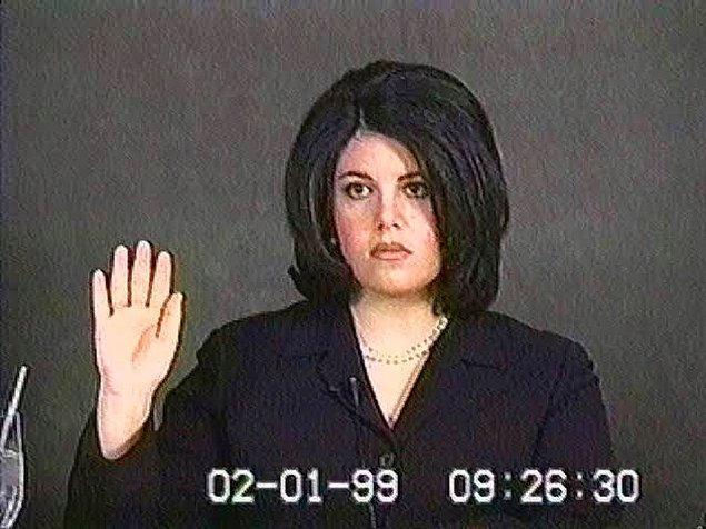 5 Nisan 1996'da Lewinsky Beyaz Saray'dan gizlice kovuluyor. Monica bu haber karşısında yıkılıyor, adeta yetkililere yalvarıyor. Hatta parasız çalışmayı bile teklif ediyor.