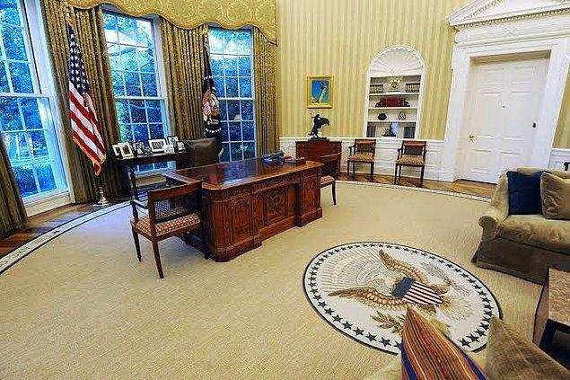 Bu arada herkesin o çok merak ettiği Oval Ofis de işte burası. Haftalar sonra Ocak ayında gerçekleşen buluşmada artık fanteziler devreye giriyor: Puro fantezisi