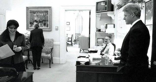 1995 yılında stajyer olarak Beyaz Saray'da işe başladı Monica Lewinsky. Rus göçmeni, varlıklı bir ailenin ekonomist kızıydı. Ve stajının henüz birinci ayında Clinton'a ulaşmayı, hatta Başkan'la flörtleşmeyi başarabilmişti.
