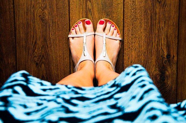"""7. """"İlk buluşmamızda, eğer ayak tırnaklarıma kırmızı oje sürersem onları yalayabileceğini söyledi"""""""