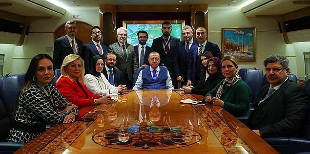 3. Hürriyet gazetesi Genel Yayın Yönetmeni Ahmet Hakan'ın, Cumhurbaşkanı Erdoğan'ın uçağında verdiği poz sosyal medyanın en çok konuşulan konuları arasında yerini aldı.