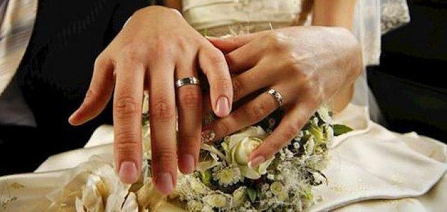 Birinin evli veya nişanlı olduğunu genellikle parmağındaki yüzükten anlıyoruz. Çiftler arasındaki bağı temsil eden en büyük gösterge bu yüzükler. Peki tüm dünyaya nasıl yayıldı dersiniz?