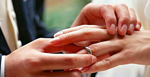 Bir de evlilik yüzüğünü mutlaka sol elin parmağına takma durumu var. Bunun nedeni ise kalbe giden bir damarın bu parmaktan geçtiğine inanılması. Bu damara 'vena amoris' deniyor. Yani aşk damarı!