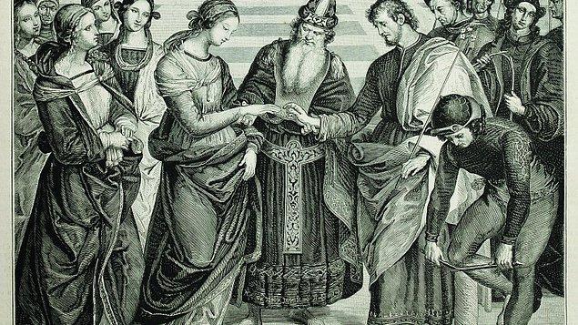 Hristiyanlarda durum çok farklı. Eskiden gelinlerin ortadaki 3 parmağına birden yüzük takılırmış. Bunlar baba, oğul ve kutsal ruhu temsil ediyordu.