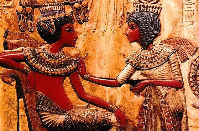 İlk evlilik yüzüklerine ise Eski Mısır'da rastlanmış. O zamanlar sadece kadınlar takıyormuş yüzüğü. Hatta erkeklerin de takmaya başlaması II. Dünya Savaşı zamanlarına tekabül ediyor.