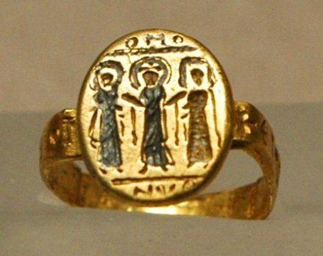 Antik Roma'da ise maalesef durum bambaşka. Yüzük damat tarafından gelinin babasına verilirdi, erkekler eşlerini satın aldıklarını gösterirdi. Bu aynı zamanda evliliğin bitmesine karşı kadına ve ailesine bir güvenceydi.