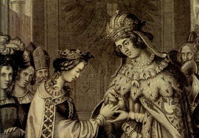Pırlantalar çok sonra ortaya çıkmış. Avusturyalı Arşidük Maximillian müstakbel eşi Mary'ye pırlantadan bir yüzük hediye etmiş. Yüzüğün üstünde M harfinde küçük pırlantalar varmış.