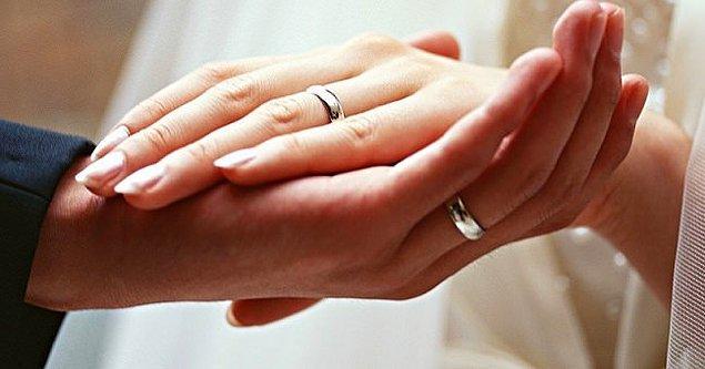 Başka ülkeleri bilemeyiz ama şu anda bizim geleneklerimizde şöyle bir uygulama var. Nişanlı olanlar alyanslarını sağ eline takıyorlar. Evlendikten sonra da sola takılmaya başlanıyor.
