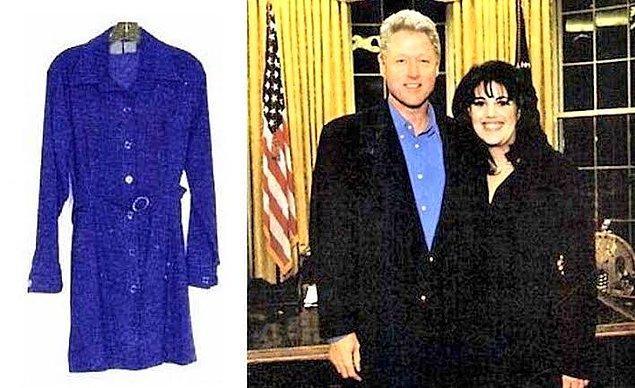 """1998 yılında olay patlayınca Bill Clinton """"Ben bu hanımla kesinlikle ilişkiye girmedim"""" diyor. Ancak Monica """"O zaman bunlar ne?"""" diyerek yıllar önce oral seks esnasında üstünde bulunan ve o zamandan beri yıkamadığı mavi elbisesini ortaya çıkartıyor. Elbisenin üstünde Bill Clinton'a ait sperm izleri bulunuyor."""