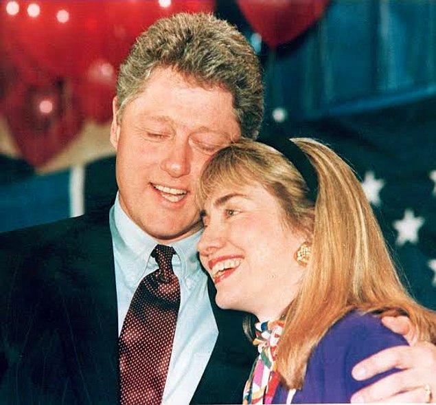 """Bill Clinton'ın eşi Hillary Clinton'ın bu skandaldan sonra tepkisi ise duygusal değil, stratejik oldu. Üstelik eşi, sevgilisine """"Hillary yatakta çok soğuk"""" demesi bile duyulmuşken...  Konuyla ilgili hiçbir zaman konuşmadı ama eşine olan desteğini de kameralar karşısında gösterdi."""