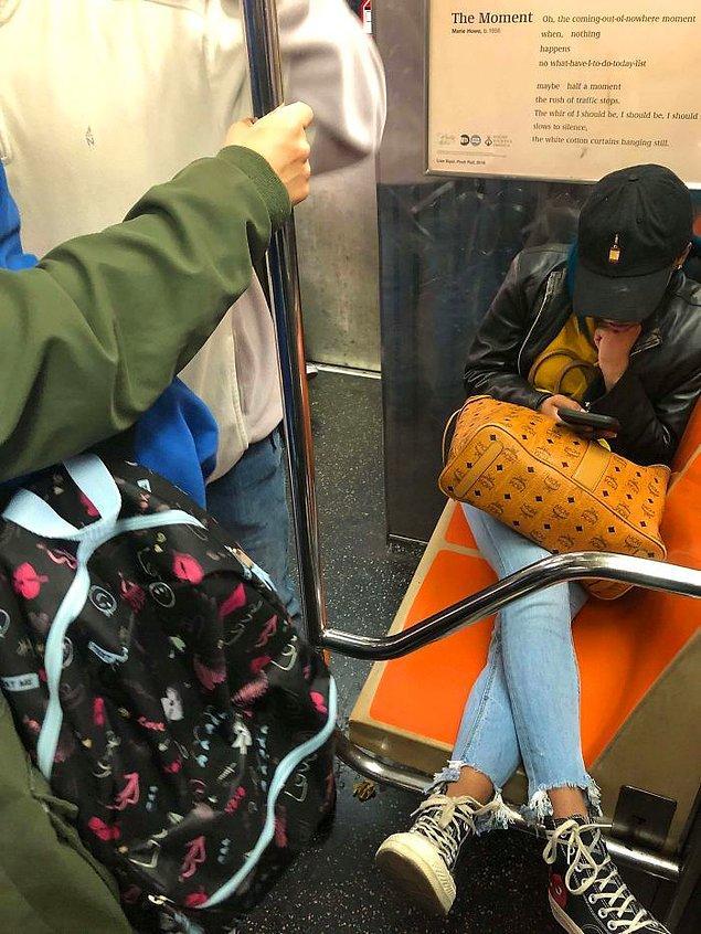 1. Metro zaten tıklım tıklımken böyle oturan insanlar...