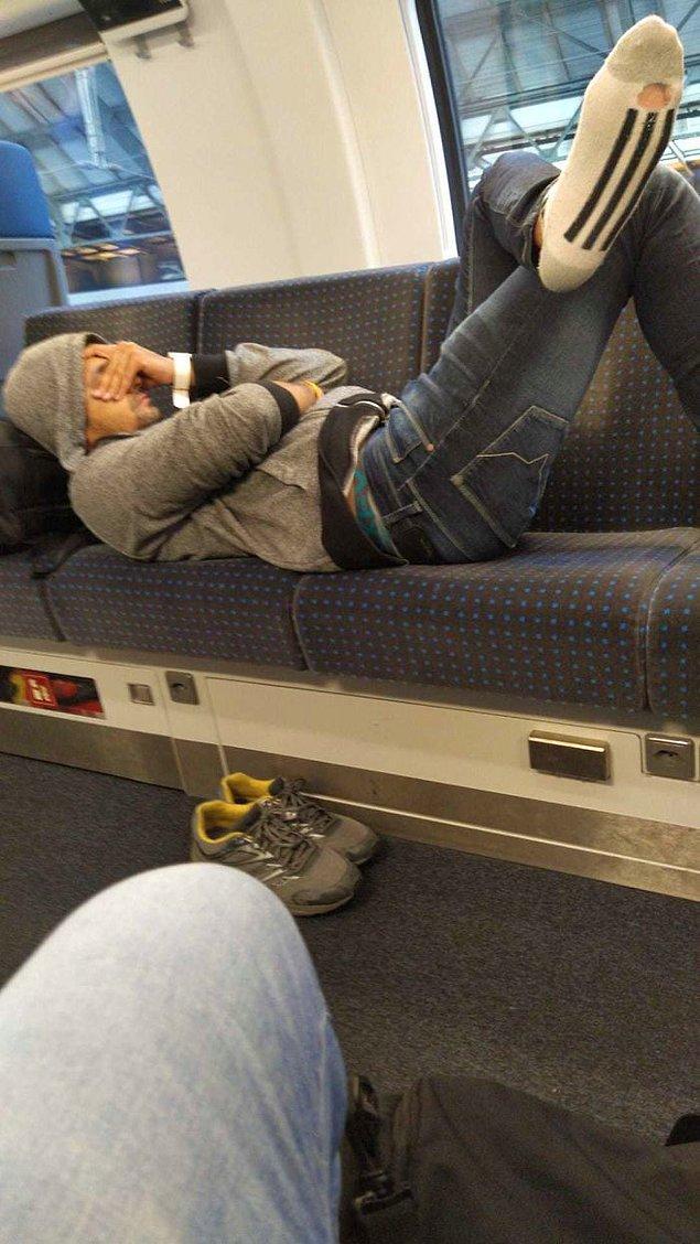 5. Metrodaki diğer tüm insanlar ona başkalarına da yer vermesini söylemiş ama beyefendi hareket edemeyecek kadar yorgunmuş...