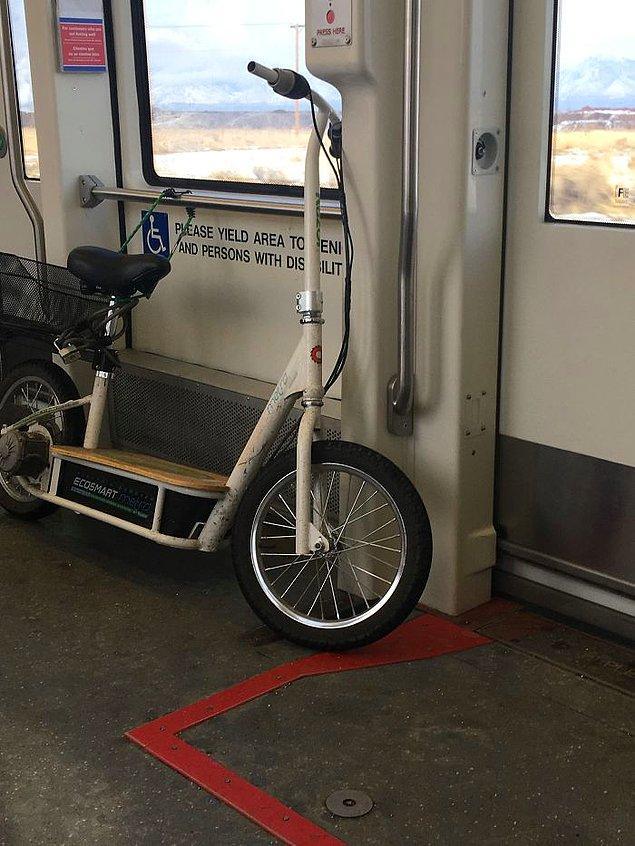 """10. """"Bu görüntüyle ilgili beni en çok rahatsız eden şey, genelde burada tekerlekli sandalyesinde oturan çok tatlı bir adamın olması ve her iddiasına girerim ki bu müthiş insan sayesinde başka bir yere gitmek durumunda kaldı."""""""