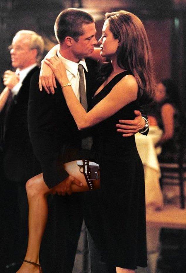 10. Ve Angelina Jolie sahnede... Tarihler 2004 yılının bahar ayını gösterirken, bu aşk üçgeninin temeli de atılmaya başlanıyor... Brad Pitt ile Angelina Jolie, Mr. and Mrs. Smith filmi sayesinde tanışıyor ve aralarında yaşanacak o fırtınalı aşkın ilk kıvılcımları etrafa saçılmaya başlıyor...