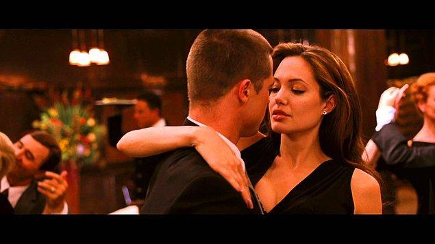 11. Brad Pitt Jennifer Aniston ile evli olmasına rağmen Angelina Jolie ile aralarındaki bu rol arkadaşı ilişkisi gitgide ilerliyor... Jennifer'ımızın hiçbir şeyden haberi yok tabii... Çift 2005 yılına geldiğimizde ayrılacaklarını duyuruyor ancak tabii kimse bu ayrılığa bir anlam veremiyor. Çift medeni bir şekilde yollarını ayırdıklarını, arkadaş kalacaklarını söylese de medyada dedikodular dönmeye başlıyor...